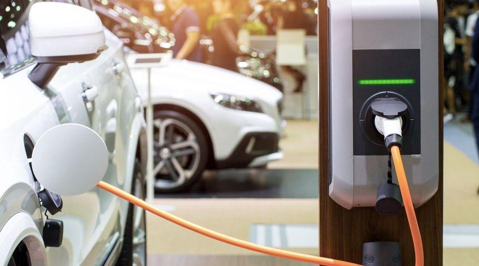 voiture électrique qui se recharge avec une prise sur une borne électrique wallbox à domicile