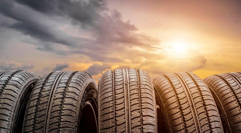 plusieurs variétés de pneus à comparer